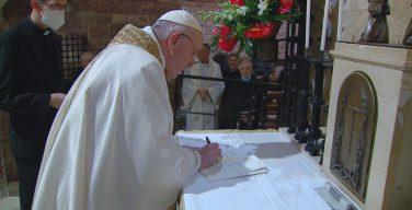 Папа Франциск подписал новую энциклику (ФОТО)