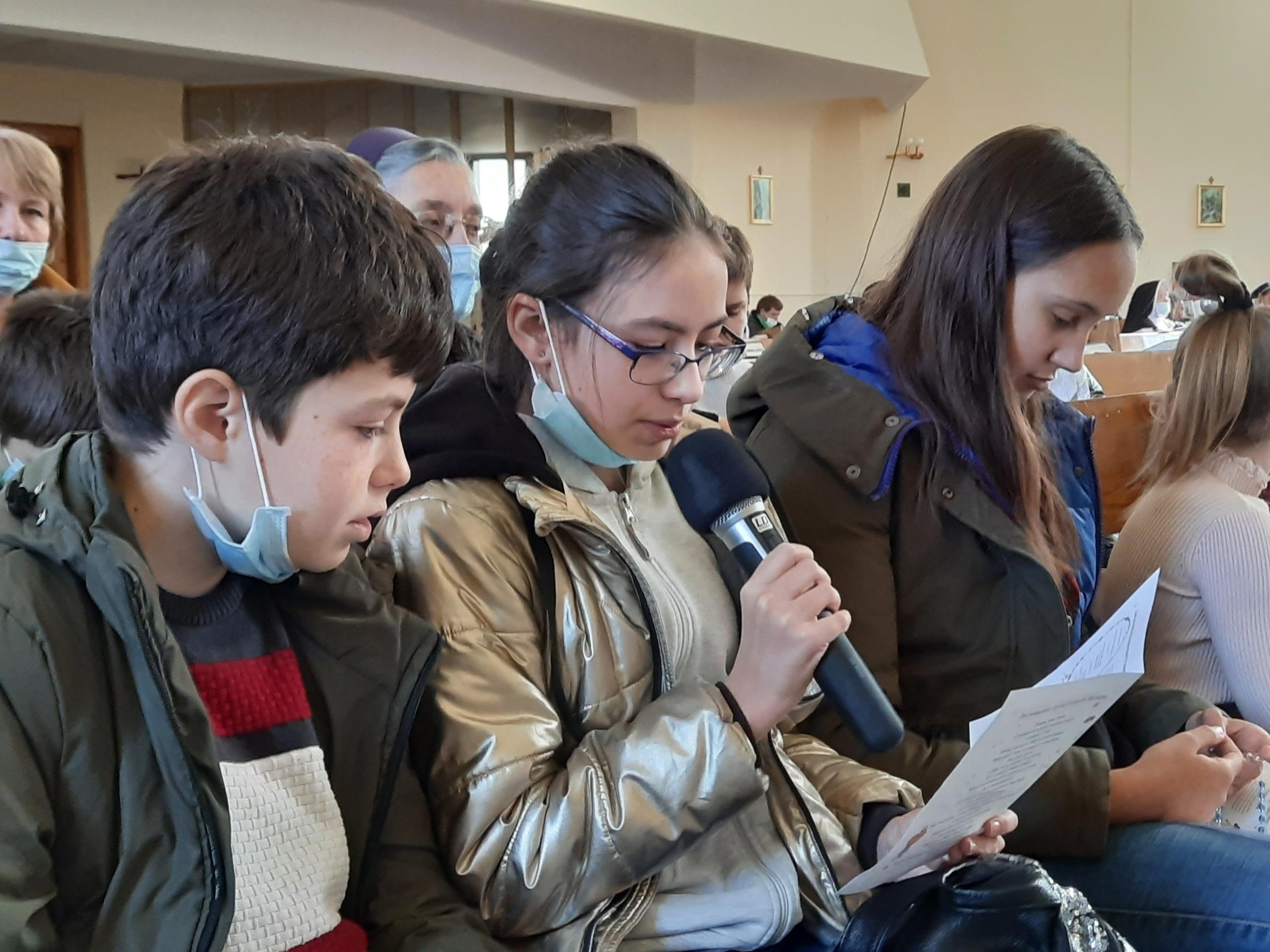 Дети из иркутского католического прихода приняли участие в акции «Миллион детей молится Розарием»