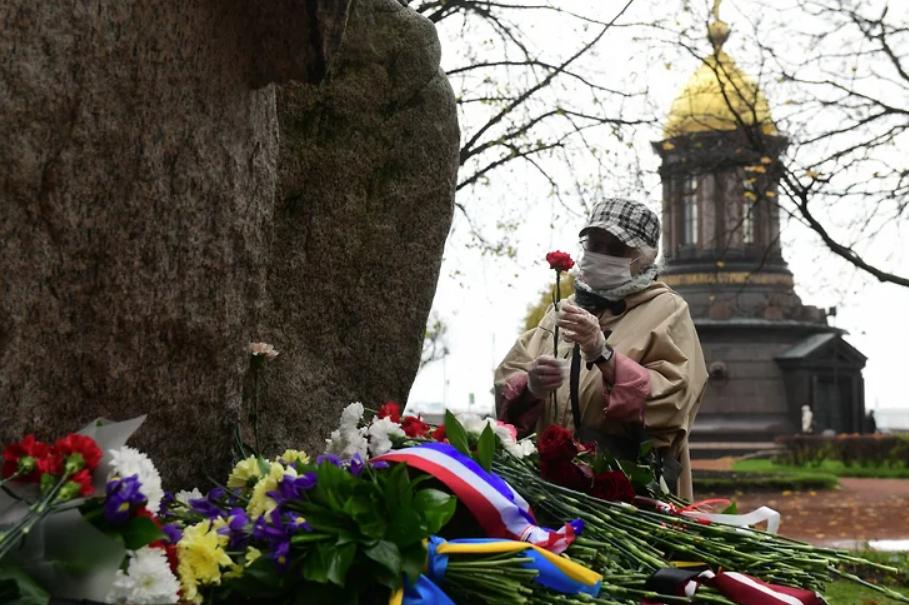 У Соловецкого камня в Петербурге прошла акция памяти жертв политических репрессий