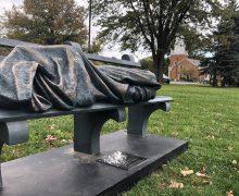 В американском Огайо прохожий принял статую Христа за бездомного и вызвал полицию