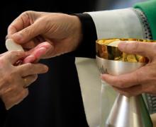 Польские епископы: никто не вправе осуждать причащение в руку