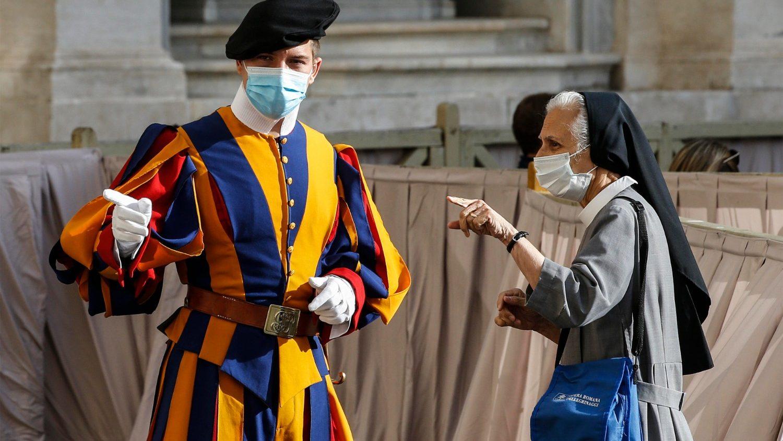 Четыре швейцарских гвардейца заразились коронавирусом