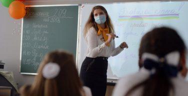 Столичных учителей пожилого возраста из-за коронавируса могут заменить студентами педвузов — СМИ