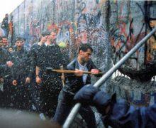 9 ноября 1989 года началось разрушение Берлинской стены