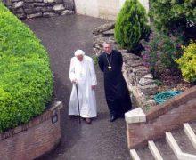 Бенедикт XVI возобновил прогулки по садам Ватикана