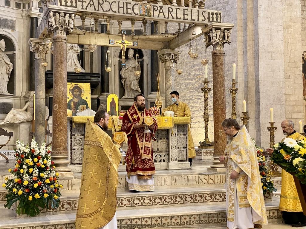 Митрополит Волоколамский Иларион совершил Божественную литургию на мощах святителя Николая в Бари