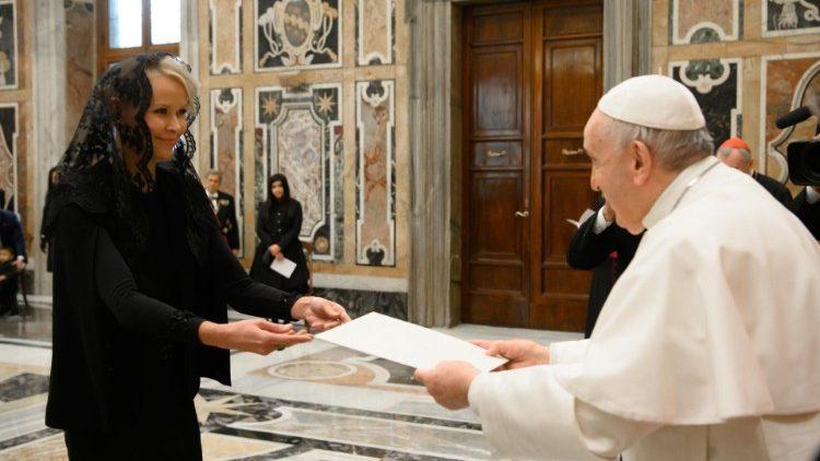 Папа Франциск принял верительные грамоты у новых послов при Святейшем Престоле