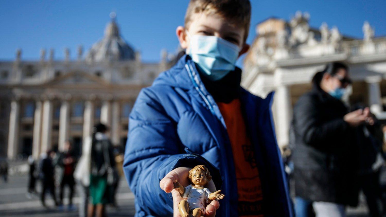 Папа Франциск благословил фигурки Младенца Иисуса для домашних вертепов