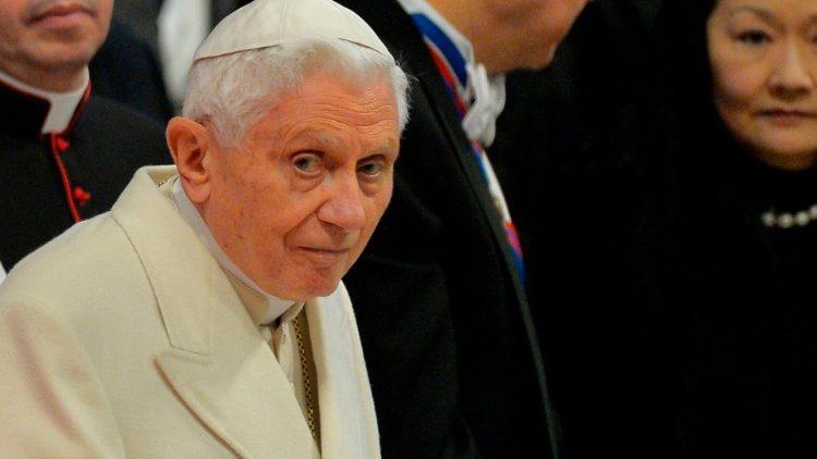 Папа на покое Бенедикт XVI собирается привиться от коронавируса