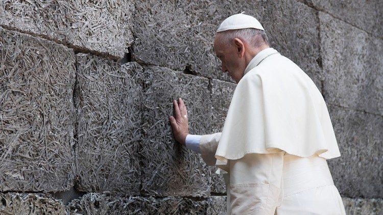 Папа Франциск призвал подражать «мудрости сердца» святого Фомы Аквинского и назвал памятование о Холокосте признаком человечности