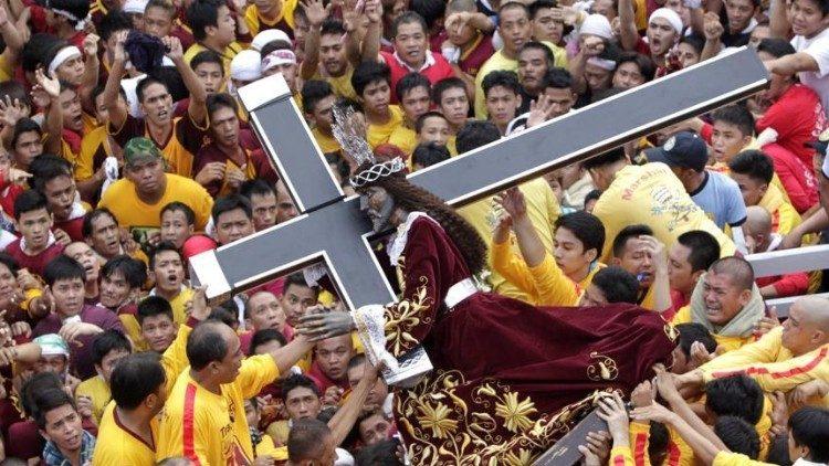 Сотни тысяч верных почтили образ «Черного Назарянина»
