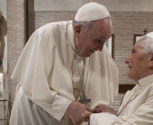 Действующий Папа и Папа на покое получили прививку от коронавируса