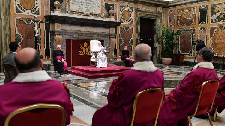 Папа Франциск – судьям Римской Роты: всегда защищайте благо семьи