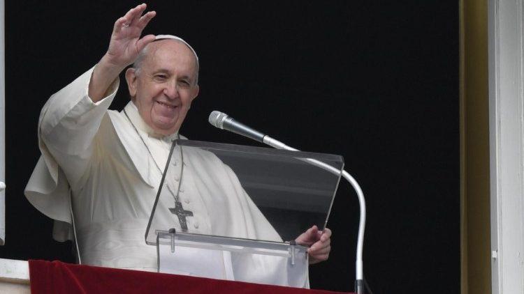 Начиная с ближайшего воскресенья, возобновляется чтение Папой полуденной молитвы Angelus в физическом присутствии верных