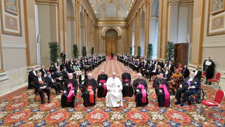 Папа Франциск встретился с дипломатическим корпусом и говорил о вызовах, стоящих перед современным миром