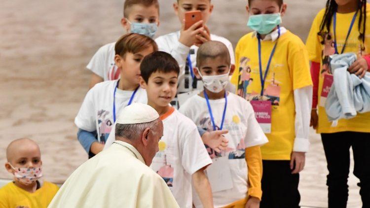 Папа Франциск опубликовал твит в Международный день борьбы с раком у детей