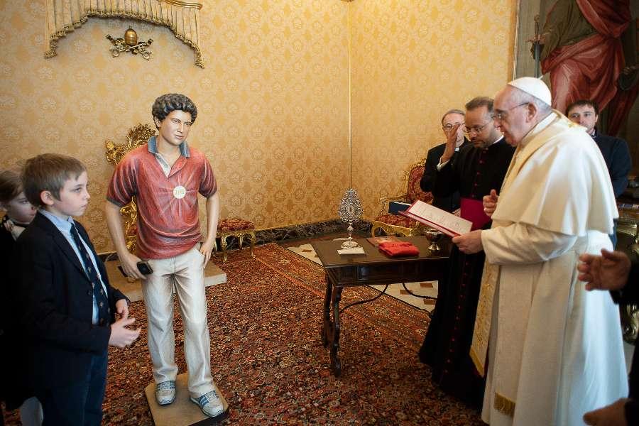 Папа Франциск благословил статую Карло Акутиса для сиротского приюта в Египте