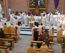 Месса освящения мира и елея с участием епархиального духовенства прошла в Кафедральном соборе Новосибирска (+ фото)
