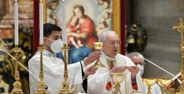 Кардинал Ре: Евхаристия – центр и сердце жизни Церкви