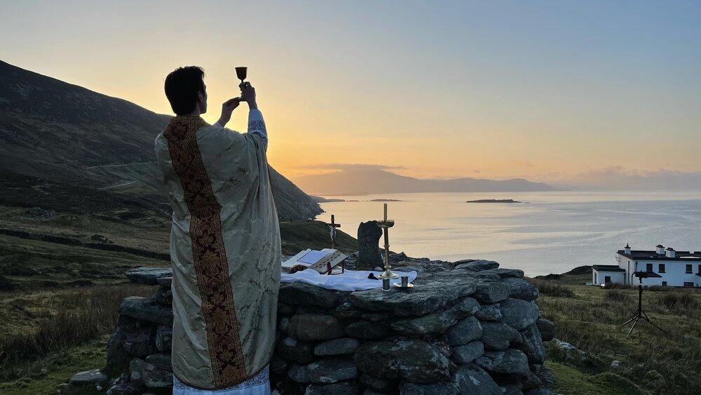В Ирландии католический священник служил Мессу в скалах из-за ограничений, связанных с распространением коронавируса