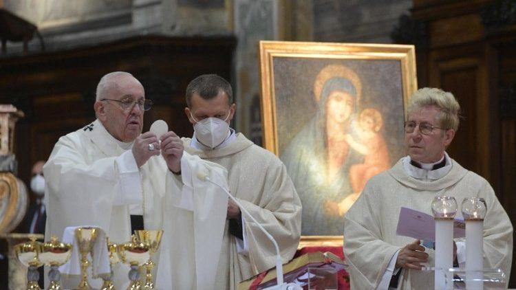 В воскресенье Октавы Пасхи (Божьего милосердия) Папа Франциск возглавил Святую Мессу