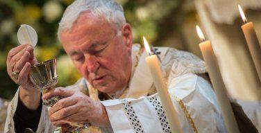 Английские епископы увещают верных вернуться к воскресной Мессе