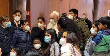 Папа встретился с бедными, получающими вакцину в Ватикане