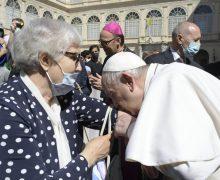 Папа Римский поцеловал концлагерный номер бывшей узницы Освенцима