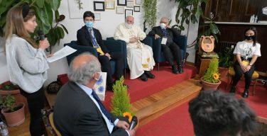 Папа: Мне больно при виде священников, благословляющих оружие