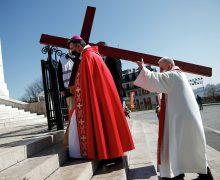 В Париже левые радикалы сорвали церковную процессию в память о жертвах коммунаров