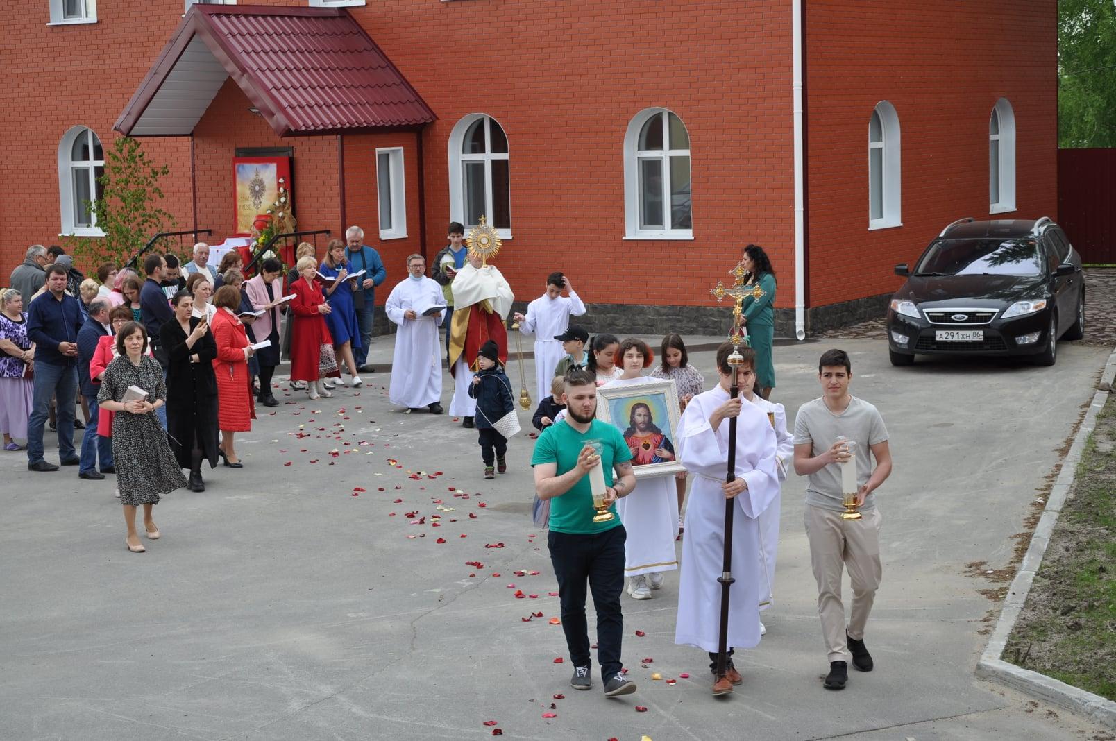 Евхаристические процессии в Сургуте и Челябинске (ФОТО)