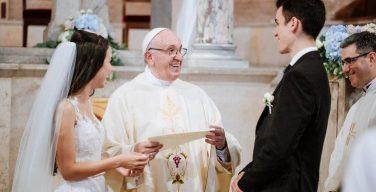 В июне Папа призвал особо молиться о вступающих в брак (ВИДЕО)
