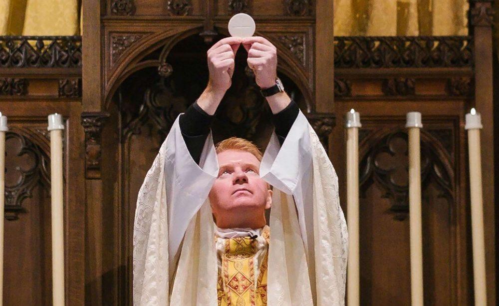 В Шотландии священник подвергся жестокому нападению во время молитвы в храме