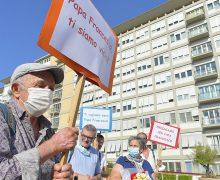 Римские бездомные помолились о Папе под окнами больницы