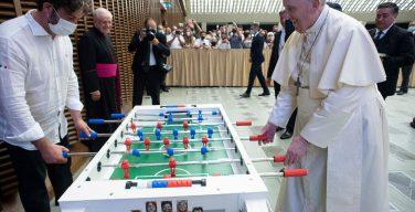 Папа Франциск сыграл с верующим в настольный футбол (ФОТО)