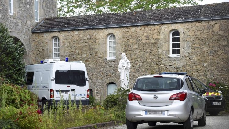 Подозреваемый в поджоге Нантского собора убил католического священника