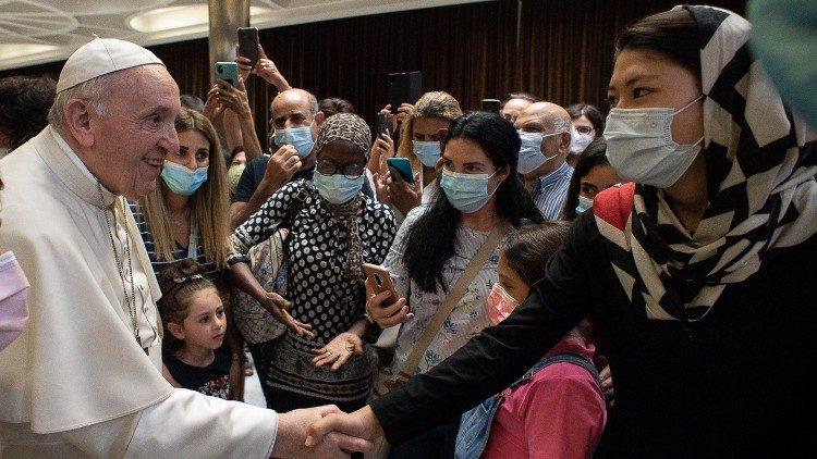Папа Франциск встретился с бездомными беженцами, приглашенными на просмотр фильма