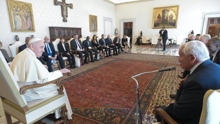 Папа Франциск призвал политиков быть архитекторами мира