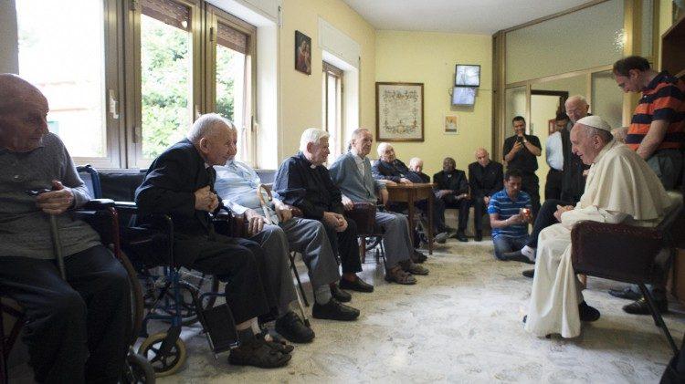 Папа Франциск престарелым священникам: старость – не болезнь, а привилегия