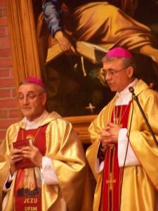Епископ Иосиф Верт и Апостольский нунций Антонио Меннини во время торжественной службы