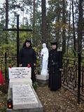 Сестры у могил мучениц