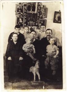 Семья Буос у алтаря домашней церкви. 1960 г