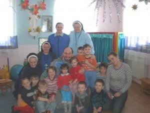 Монахини из конгрегации Служительниц Пресвятой Девы Марии Непорочного Зачатия с детьми в Чите