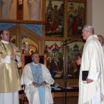 Архиепископа Меннини приветствует настоятель челябинского прихода монс. Вильгельм Палеш