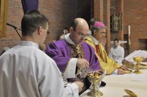 Диакон Александр Деппершмидт ассистирует епископу Иосифу Верту во время приготовления даров