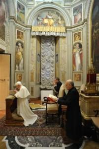 Святой Отец молится в часовне св. Лаврентия во время своих духовных упражнений (фото L'Osservatore Romano)