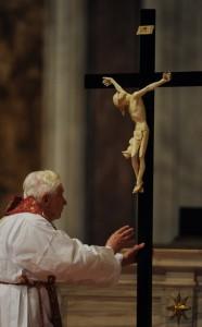Бенедикт XVI поклоняется Кресту Господню во время литургии Страстной Пятницы