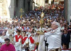 Архиепископ Антонио Каньисарес Льовера благословляет народ в завершение евхаристической процессии на праздник Corpus Christi  в Толедо
