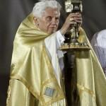 Бенедикт XVI благословляет молодежь Святыми Дарами