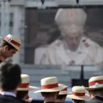Семинаристы наблююдают Папскую Мессу на большом экране